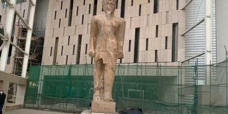 التمثال الثاني للملك رمسيس يزين بهو المتحف المصري الجديد